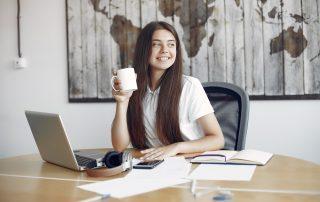 Billede af pige ved en computer
